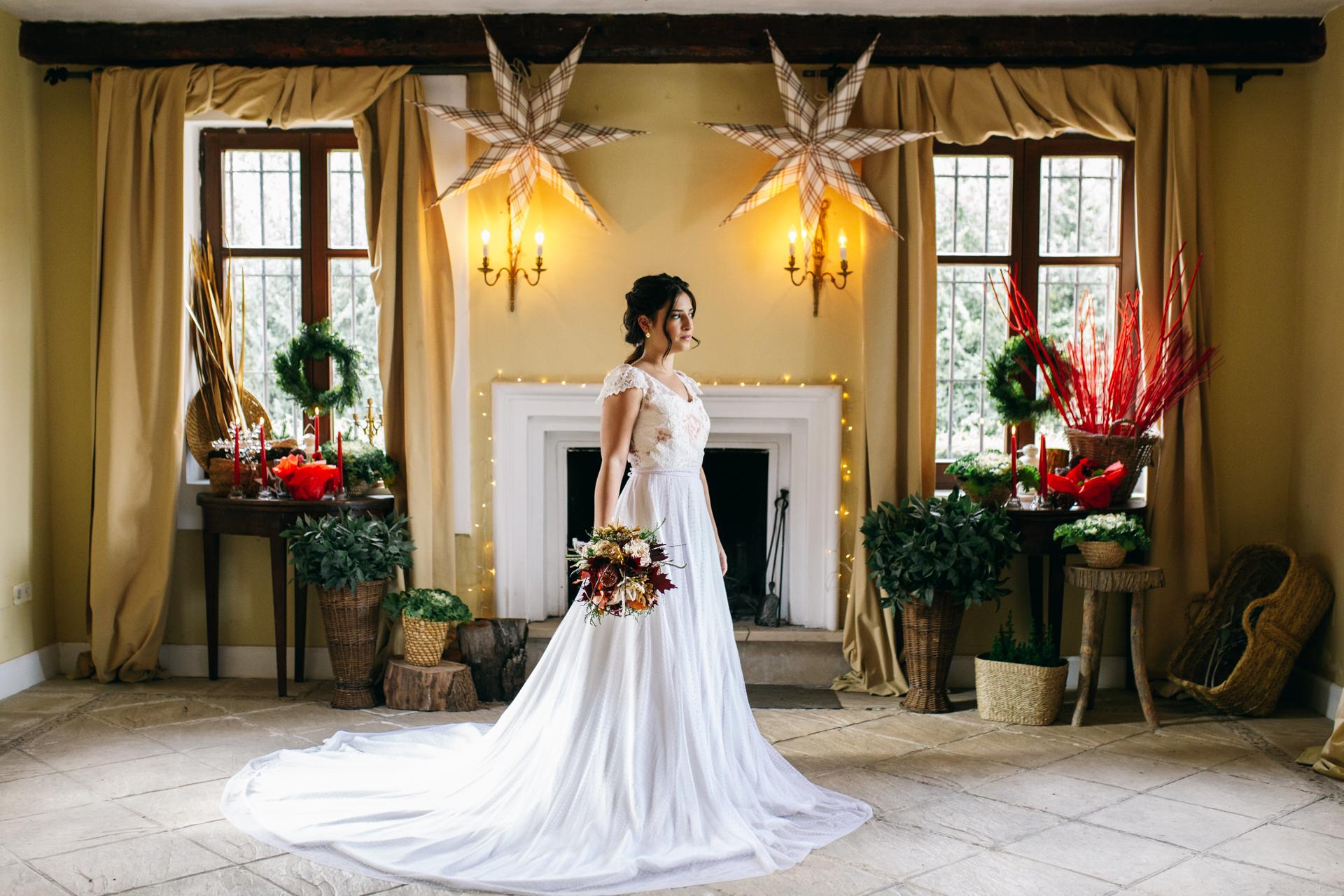 la novia al lado de la chimenea